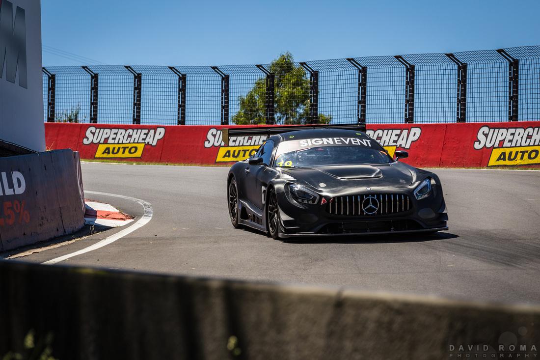 Mercedes Benz GTS-GT3 attacks the  dipper
